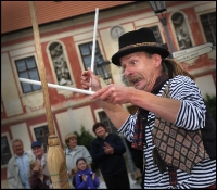 Muzikanti a kejklíři na náměstí, Komediantský průvod od mostu na zámek